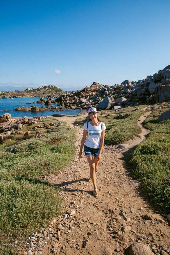 Girl smiling while walking Corsica Isola di Lavezzi Foto Nuovi Giorni Blog Ambiente