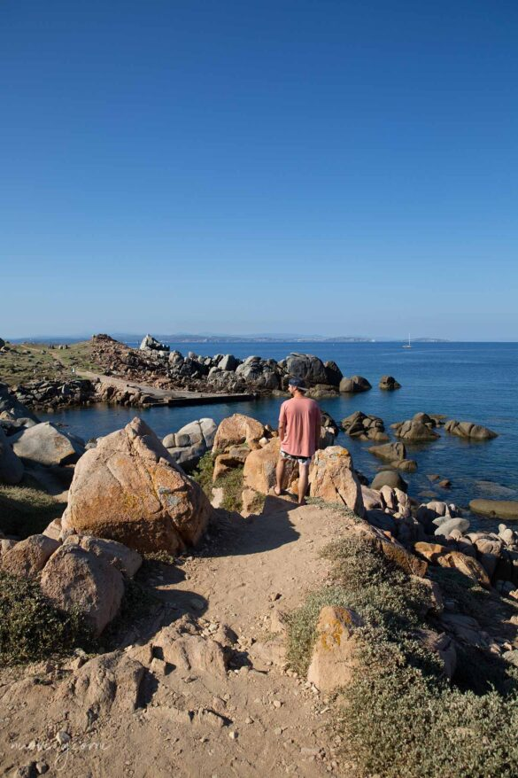 Corsica Isola di Lavezzi Foto Nuovi Giorni Blog Ambiente Boy on a rock exploring