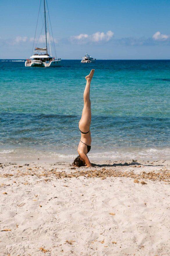 Corsica Spiaggia Foto Cupabla Beach Yoga Head stand Nuovi Giorni Blog