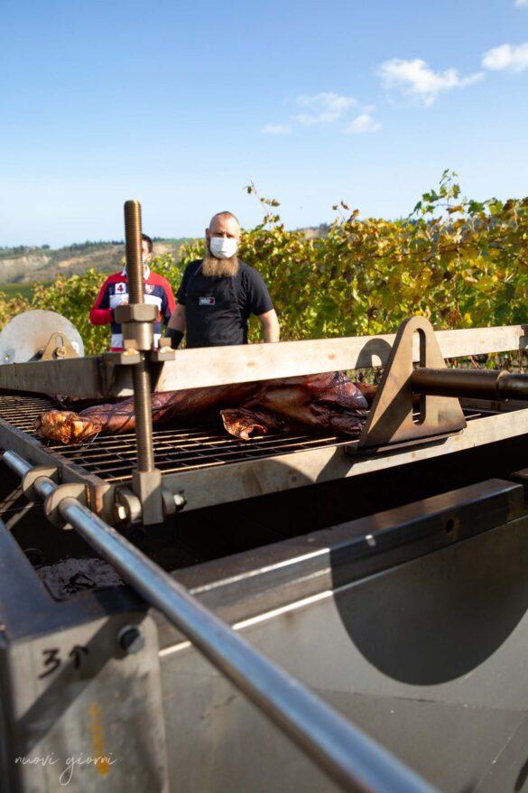 Porchettata di un maialino durante la Vacanza Barbecue Campfire Lodge di Marco Agostini