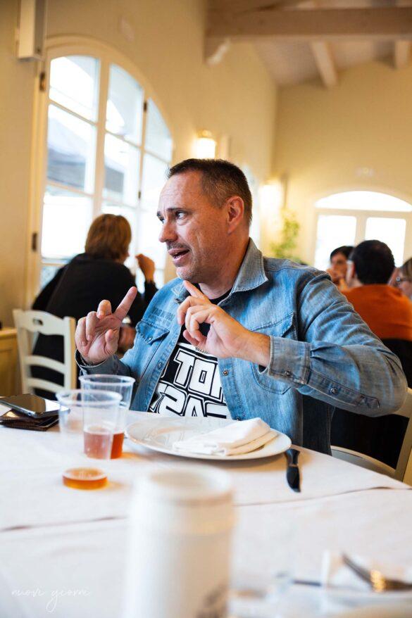 Marco Agostini discute a tavola durante la Vacanza Barbecue Campfire Lodge