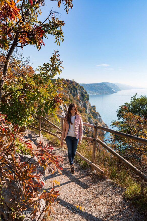 Sentiero Rilke-Trieste-Nuovi Giorni Blog-Ragazza-Camminata-Mare-Autunno