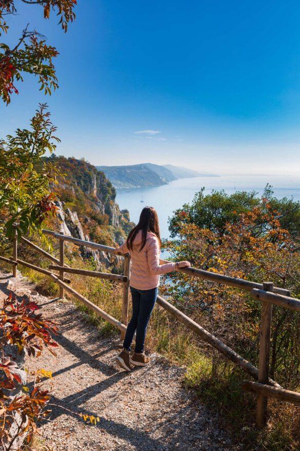 Sentiero Rilke-Trieste-Nuovi Giorni Blog-Ragazza-Panorama-Mare-Autunno-Carso