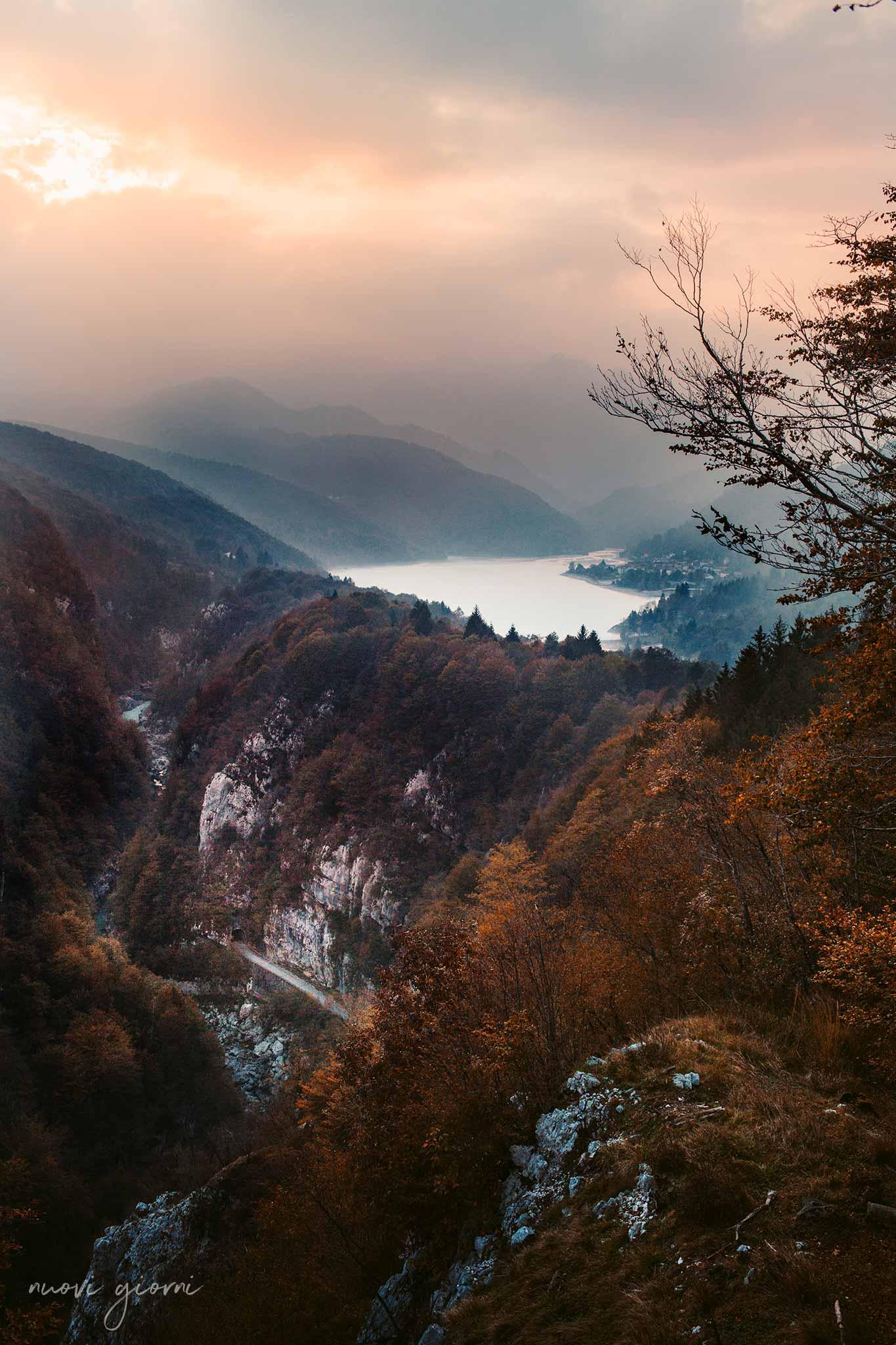 Vista sul lago di Barcis, sulla vecchia strada della Valcellina e sulla Forra del Cellina